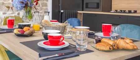 Petit déjeuner copieux avec des produits bio et locaux à la maison d'hôtes Jardins du Cloestro à Kervignac