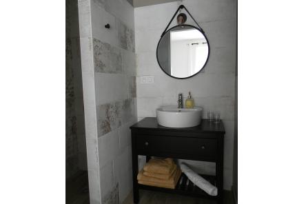 """Dormir chambres d'hôtes Lorient Hennebont Auray Kervignac - Les Jardins du Cloestro - Salle d'eau déco """"Néo-rétro"""""""
